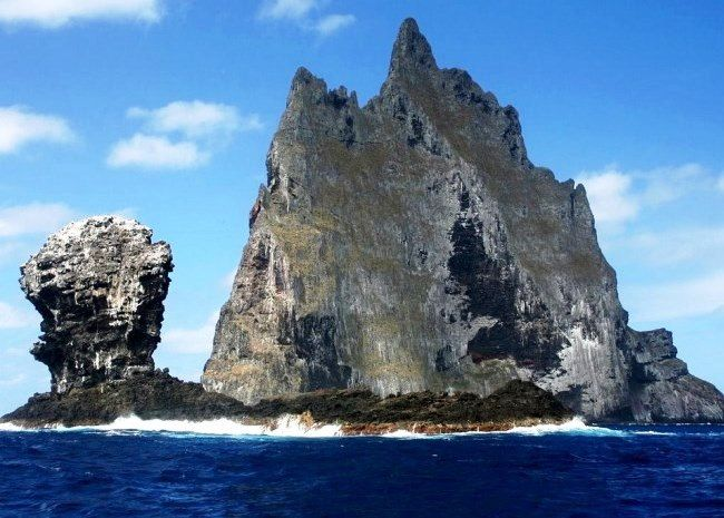 Скала-остров Болс-Пирамид расположена в Тасмановом море между Австралией и Новой Зеландией. Это остров с площадью основания всего 200 квадратных метров, зато ввысь он уходит на 562 метра. Что дало ему право называться самым высоким утесом на Земле. Источник: http://set-travel.com/australia/item/643-skala-ostrov-bols-piramid
