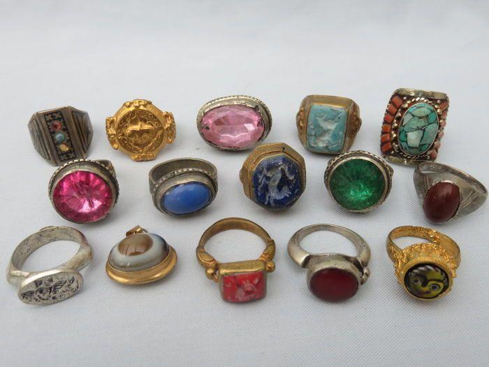 Collectie van 14 oude ( zegel ) ringen en hanger met stenen / glas en niëllo inleg - 20e eeuw  Collectie van 14 oude ( zegel ) ringen en hanger met stenen / glas en niëllo inleg in witmetaal / beneden wettelijk gehalte zilver en verguld. Herkomst; Westelijke Himalaya 20e eeuw. Materiaal; Laag gehalte zilver - wit metaal - verguld metaal/koper. Afmetingen zijn ca. 2.5 cm. tot 3 cm. binnenmaten zijn ca. 2 cm. In redelijke en solide conditie. Afhalen of geregistreerd verzenden.  EUR 60.00  Meer…