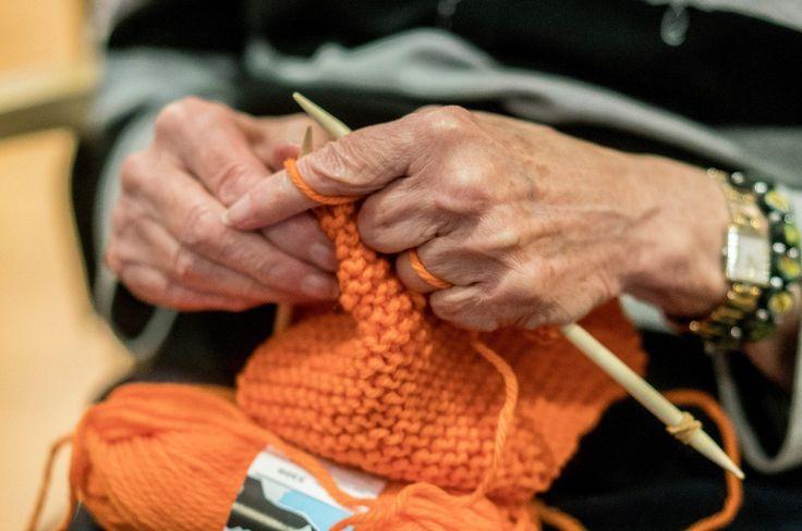 Den enkle oppskriften på Kirkens Bymisjons oransje skjerf finner du her. Skjerfene strikkes i forbindelse med Årets varmeste dag.