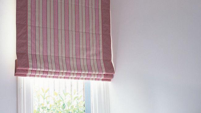 Agrégale un poco de diseño a una simple ventana con unas cortinas romanas. Este es un proyecto un tanto dificil para quienes hacen manualidades simples.   MATERIALES:  Tela Forro Velcro, la anchura de las cortinas romanas Cuerda de Nylon, dos veces el ancho y el largo de las cortinas rom