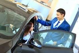 Una mujer entra en una agencia de Mercedes Benz. Ve un automóvil que le parece perfecto y se acerca a inspeccionarlo. Al agacharse para tocar el interior, sin querer se le escapa un ruidoso pedo. Preocupada se gira nerviosa a ver si alguien se había dado cuenta y ve que a su lado, estaba parado un vendedor. - Buenos días, señorita. ¿En qué le puedo ayudar? Muy incomoda, porque era obvio que el vendedor había oído el pedo, le pregunta disimulando: - Señor... ¿Cuánto cuesta este precioso ...