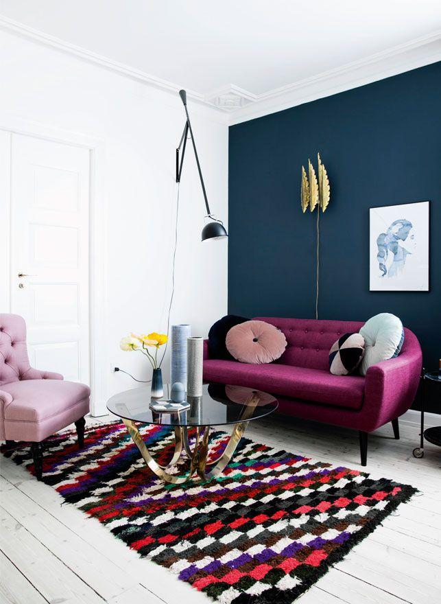 Vi har indrettet en stue på to måder med udgangspunkt i den samme sofa og lampe. Se, hvordan farver og tilbehør kan gøre hele forskellen!