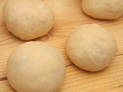 Mennyei Gőzgombóc recept (Germknödel) recept! A gőzgombóc a délnémet konyha hagyományos tésztaféléje. Kelt tésztából készül, mely lefedett fazékban egyidejűleg sül és gőzölődik úgy, hogy az alja ropogós lesz, míg a teteje puha marad. Főzik töltelékkel vagy anélkül is.