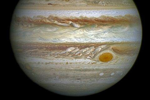 》Neben den Ringen des Saturn zählt er zu den bekanntesten 'Wahrzeichen' unseres Sonnensystems: Der Große Rote Fleck des Jupiter, ein Wirbelsturm – genauer gesagt ein Antizyklon – auf 22 Grad südlicher Breite des Riesenplaneten, der gigantische Ausmaße hat. Der längste Durchmesser des ovalen Wirbels ist zweimal so groß wie der der Erde.《