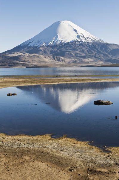 Volcán Parinacota reflejado en el lago Chungara en Arica.
