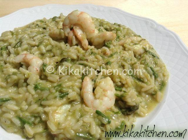 Il risotto asparagi e gamberetti è un primo piatto dal sapore delicato e raffinato, Un abbinamento classico per un piatto di sicuro successo