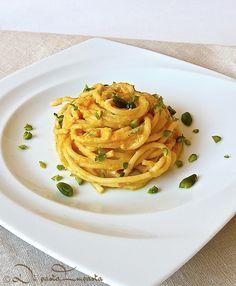 Spaghetti in salsa di zucca e gorgonzola con granella di pistacchi