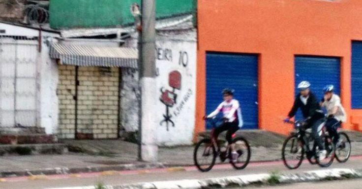 sai fora urubu, não te queremos por essas bandas.... tche!!!    Dilma passeia de bicicleta no domingo de Páscoa em Porto Alegre
