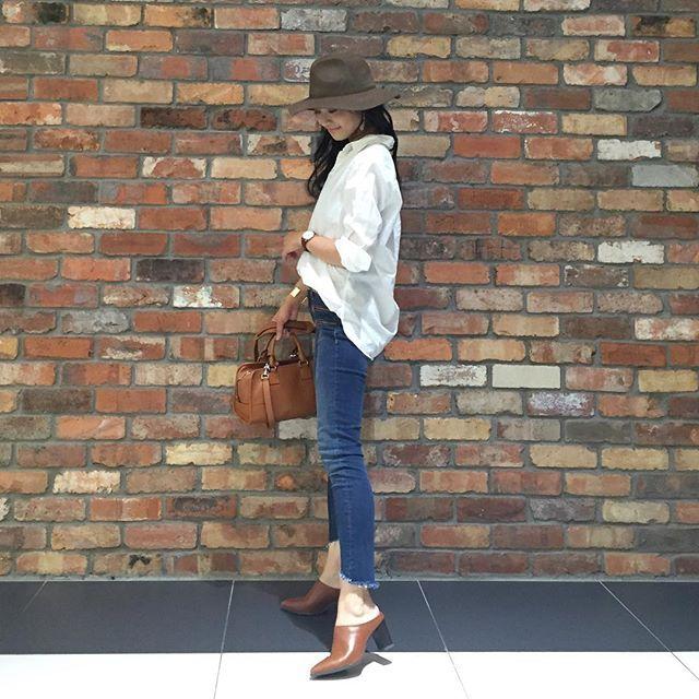 2016.8.28 台風の影響か、肌寒いくらいのお天気でした〜🍃 今日はシンプルに白シャツ×デニムに しました❤︎ . shirt  #無印良品  jeans  #zara  hat  #beautyandyouth  shoes  #gu bag  #loewe . 今日は朝イチから新学期にむけて 🏫小学校の清掃活動に参加したり、 新学期の準備をしたり… 夏の終わりを感じる1日でした🍂 . . #白シャツ #デニム #danielwellington #juicyrock