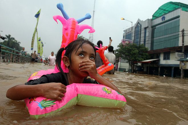 Help from a swin toy, Jakarta, January 16, 2013 | © Achmad Ibrahim | Associated Press