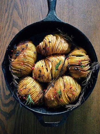 クリスピーポテトローストとは、薄~くスライスしたじゃがいもなどを焼き皿に並べて、バターや油を塗ってオーブンで焼いたポテト料理のことです。焼き皿に美しく並べて焼けばまるでパイのようにも見えて華やか!パーティーや来客のおもてなし料理としても活躍しそうです。