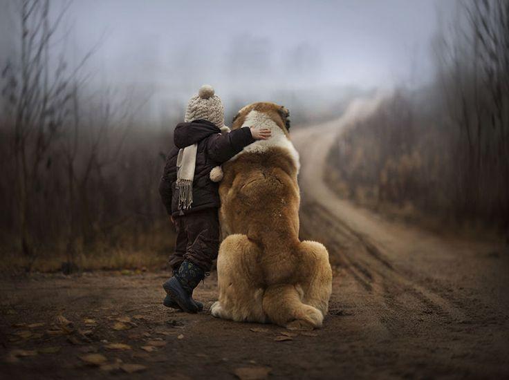Fotógrafa tira fotos mágicas com seus dois filhos e animais: