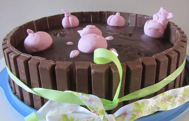 Superleuk om te maken voor je verjaardag: een chocoladetaart met marsepeinen varkentjes. Oftewel: een biggetjes in de modder taart. Lees hier het recept.