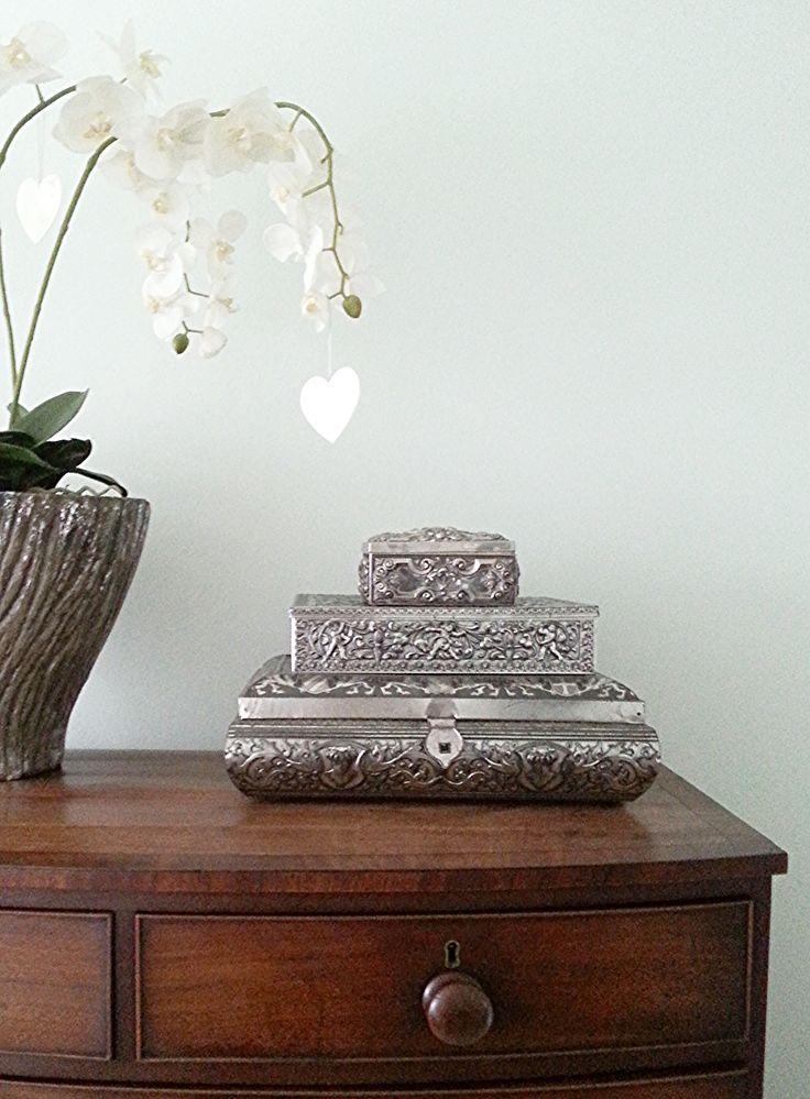 Antieke kast, moderne pot met bladzilver en zilveren dozen van oma. het combineert allemaal perfect in een eclectisch interieur. op de muur Karma van Histor. Een mooie vintage groen. Geeft rust, sfeer en een frisse uitstraling. Thuis komen?http://www.stylingconcepten.nl/stylingconcepten.html