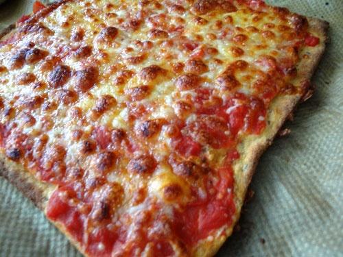 Low Carb Pizza fertig gebacken. Proteinhaltige Low Carb Pizza - Rezept mit Konzelmanns Eiweiß Mehl Mix www.eiweissmehl.de - Backen ohne Mehl.