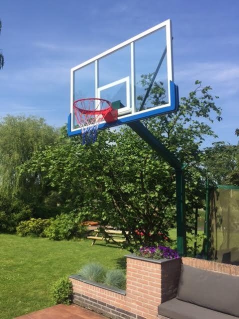 Onze professionele basketbalpaal voor buiten, hier geplaatst bij een particulier. De basketbalpaal is zelf in een groene kleur gecoat