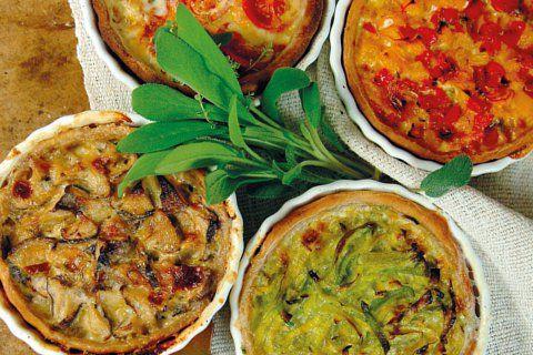 Dieses vegane Quiche-Rezept von Barbara Rütting ist nicht nur herzhaft-vegan, sondern auch vollwertig-gesund. Die französische Spezialität am besten warm servieren.