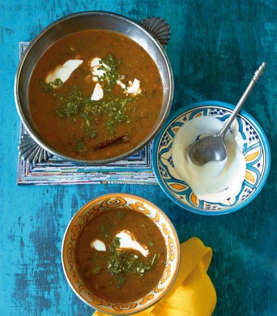 Viele Gewürze machen dieser Suppe ordentlich Feuer! Besonders gut passt da der frische Joghurtdipp.