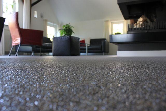 Grindvloer voordelen: - naadloos - onderhoud gemakkelijk - geluiddempend - duurzaam  nadelen: - beschadigingen (steentjes uit vloer) - verwijderen - huisdieren (eieren van vlooien in grind)