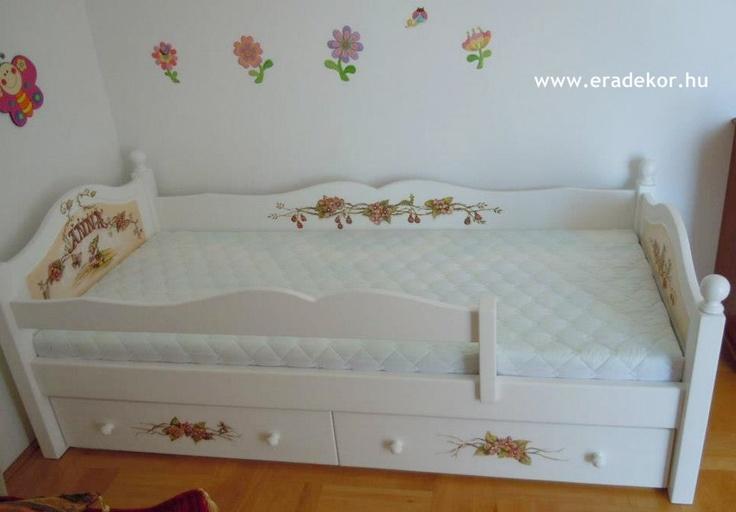 Az ágyikó a szobában, teljes pompájában - Anna névreszóló tömörfenyő indásvirágos-manós mintával festett fehér gyerekágy. Fotó azonosító: AGYANN04: Tömörfenyő Indásvirágosmanó, Indásvirágosmanó Mintával