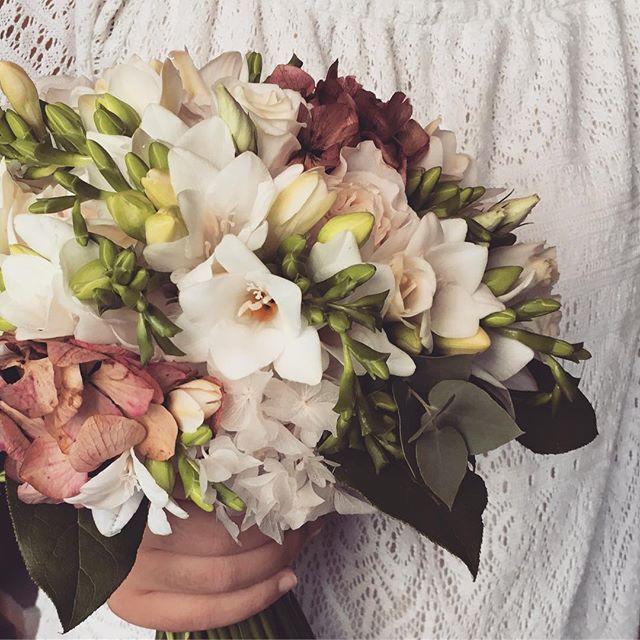 September #wedding #bridalbouquet  . . . . . . . #ramosdenovia #classic #sitges #sitgeswedding #bodasseptiembre #bodas2017 #livingwithflowerseveryday #flowershop #sitgesflowershop #bouquet #pastelcolors #barcelonawedding