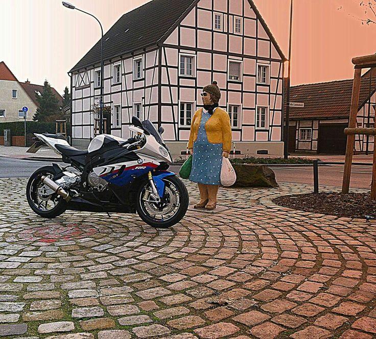 Die Omi fährt im Kreisverkehr Motorrad