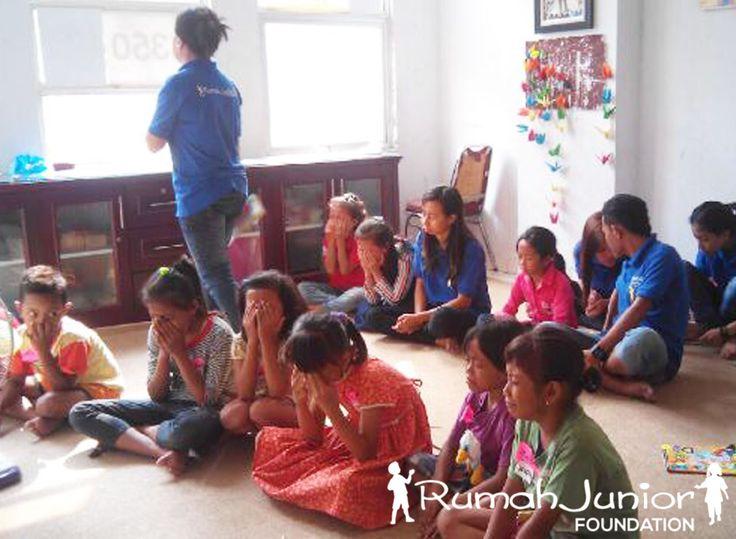 Rumah Junior mengajarkan pelajaran umum setiap rabu jam 13.00 - 16.00 wib bertempat di markas Rumah junior