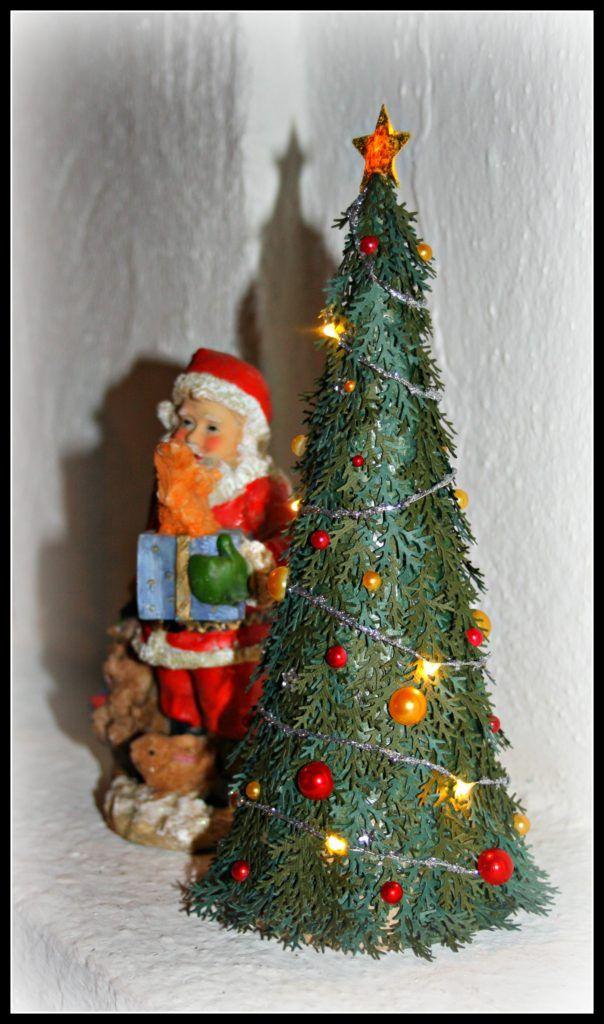 Mini julgran - http://kristinasscrapbookingblogg.se/mini-julgran/ - Hejsan! Då var jag här igen och idag tänkte jag bryta trenden jag har haft dom senaste veckorna vilket har varit kort, så idag tänkte jag visa er en annan typ av alster. Jag har nämligen gjort mig en egen liten minigran som jag har kunnat dekorera och klä som jag vill. Min tanke med granen är ma...