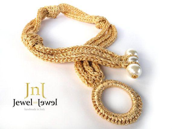 Girocollo in filato oro con nodi e chiusure con perle bianche