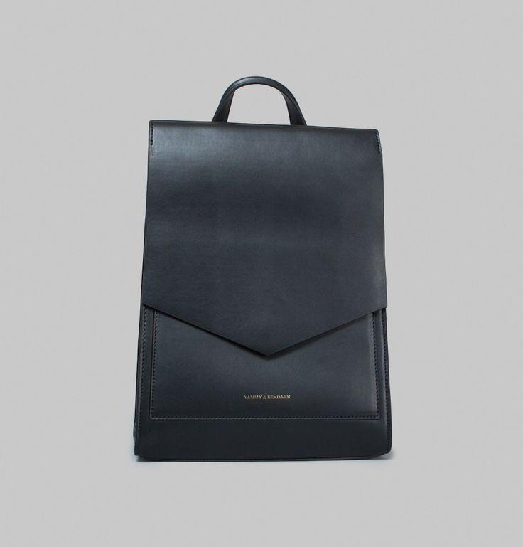 Sac à dos avec ouverture au verso, en cuir de vachette noir, doublure ne microfibres, compartiment simple, poche intérieure pouvant contenir un ordinateur 13 po