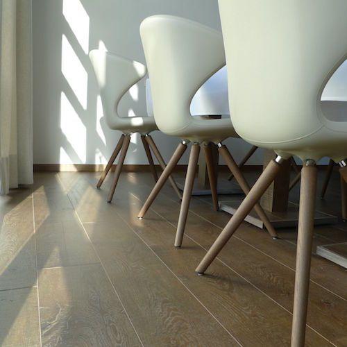 """LAMETT CLASSICA - VERANO Kolekce Lamett CLASSICA nabízí podlahy se vzhledem autentického katrového řezu s hlubokými trhlinami a suky ( """"Vintage look """" ), se vzhledem olejovaného dřevěného prkna. Tloušťka 12 mm zaručuje při chůzi akustiku blízkou lepené masivní podlaze. https://podlahove-studio.com/113-classica"""