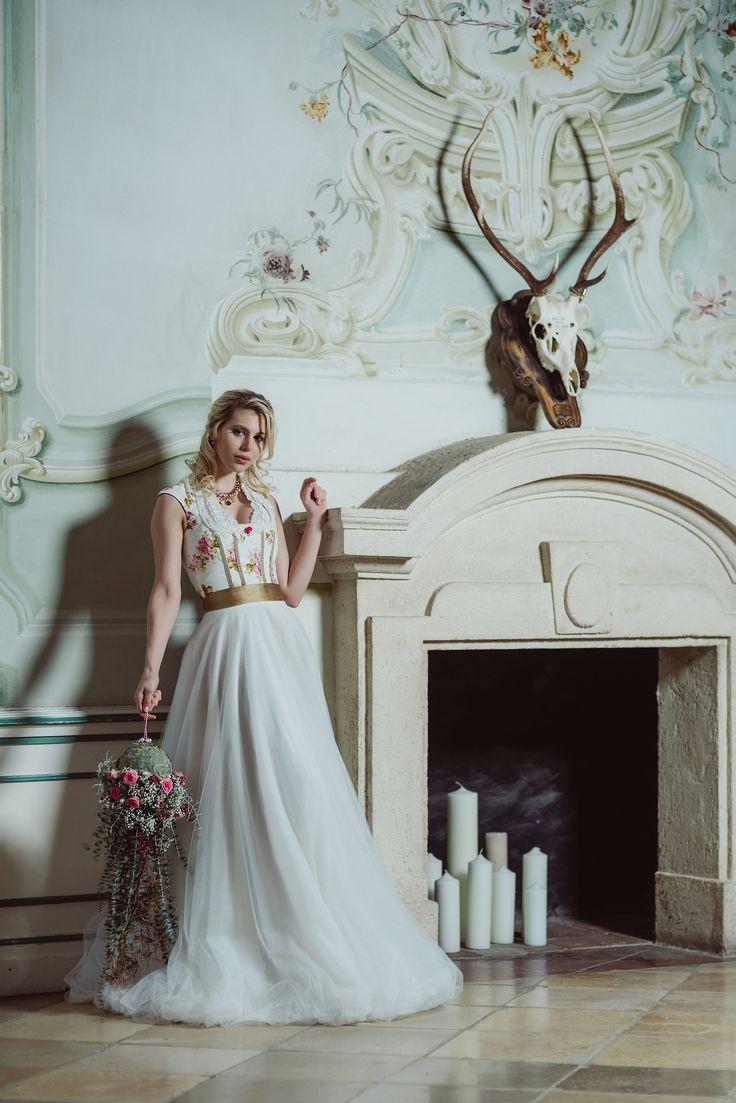 Brautdirndl Hochzeitsdirndl mit bodenlangem Tüllrock. We <3 www.tianvantastique.com