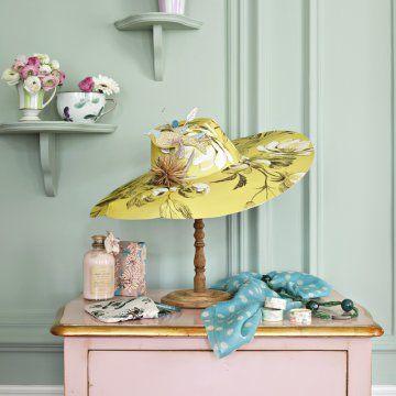 Chapeau capeline en papier peint à motif avec oiseaux et branchages en papier découpé