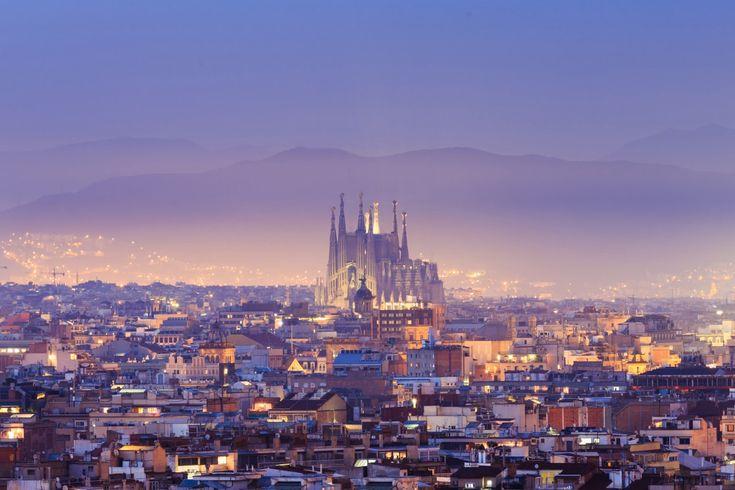 El arte, la arquitectura, el ambiente cultural y cosmopolita, el mar, la montaña, la calidez de la gente… Estas pueden ser las principales razones para que losturistas sedecanten por alguna de las dos ciudades más grandes de España. Madrid y Barcelona son una fuerte dicotomía en la que, además del fútbol, el sector turístico es …