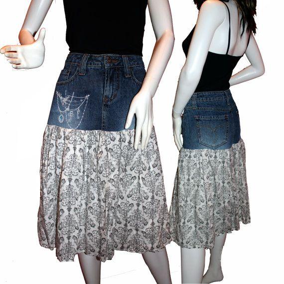 De nuestra colección de CARAUT-ALTERED Araña - una falda floral denim y algodón reciclado. Tamaño 7.  Esta falda combina una falda superior Paris azul marca de fábrica del dril de algodón con una falda de impresión blanco y negro de algodón que fluye con un diseño de lámpara. La falda tiene un forro de algodón. Hemos añadido el drapeado bordado diseño de araña en la falda del dril de algodón y había adornado con detalles metálicos brillantes. Esta falda es completo y coqueto y vendrá a la…
