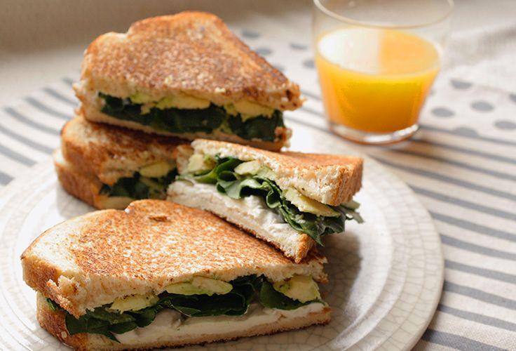 Cárgate de energía con el sabor este Sándwich de aguacate y espinaca preparados con el toque de Queso Crema Philadelphia.