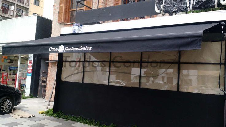 Toldo articulado acrylic com estrutura preta, toldo instalado em restaurante na zona sul de São Paulo com estrutura em alumínio de alta resistência.