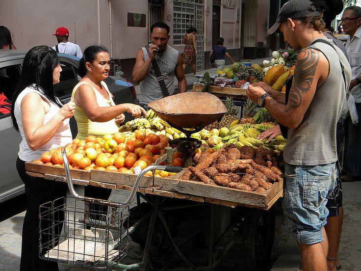 https://flic.kr/p/fLqF3x | Marchand de rue 1 | Marchand de fruits et légumes à la Havana, Cuba