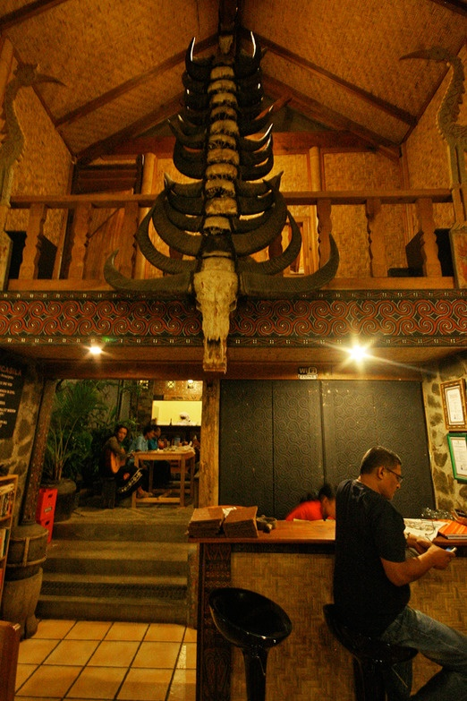 Coziest spot in town - Just another evening in café-cum-art gallery Cafe Aras, where you can sip Toraja's finest Arabica and enjoy a decent Internet connection. Photo by Teguh Wicaksono.