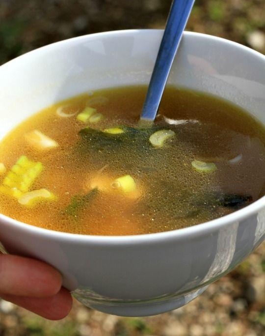 Soupe miso 50 cl d'eau purifiée tiède,1 c à café de miso,Tranchez du radis noir, puis le couper en batônnetsQuelques champignons ( shitaké….) tranchés fins, Epinards frais…Ciboulette….Algues ( wakame, dulse, hijiki…)Cubes de tofu
