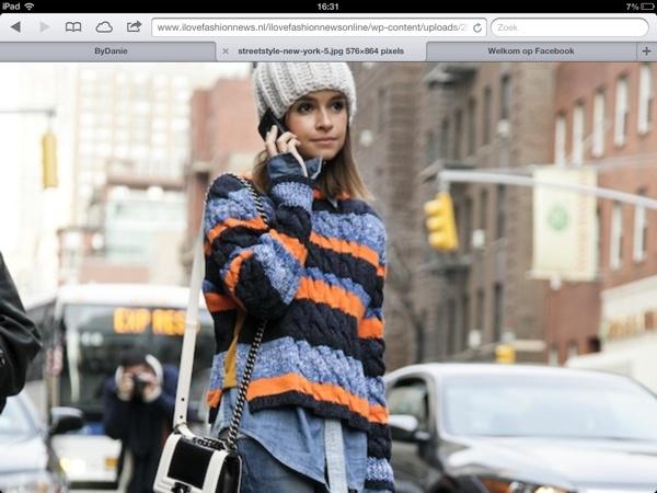 Ik heb vanwege je atletische figuur gekozen voor een trui met grove breisel in prachtige kleurstelling. De trui legt het accent op de heupen, vanwege het korte model en open zijnaden. Ik zou je adviseren hier een lage, strakke jeans onder te dragen met mooie enkellaarsjes. Je heb een goed gezicht voor muts of hoed, vandaar deze wollen muts. Het Chanel-tasje maakt de stijl lekker vrouwelijk.