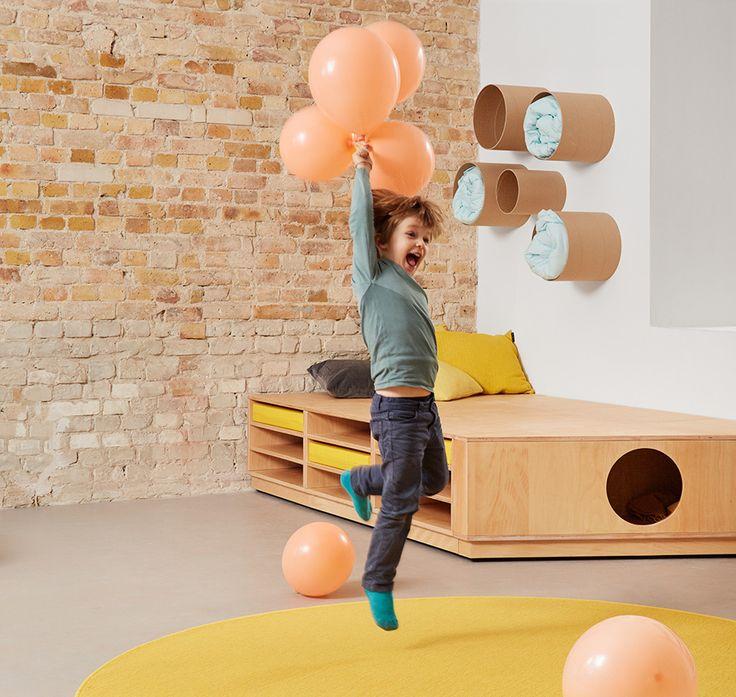 Spielmöbel & Kitaausstattung Matratzenpodest und Röhrenregale gibt es zu sehen im Showroom Berlin