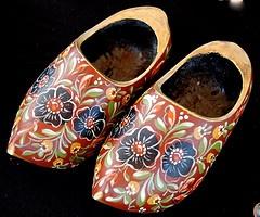 Hindelooper 'clogs' (wooden shoes), richly painted. Hindelooper klompen…