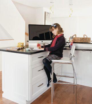 Cuisine à aire ouverte | Les idées de ma maison © TVA Publications | Angus McRitchie #deco #bureau #blanc #noir #comptoir #ilot