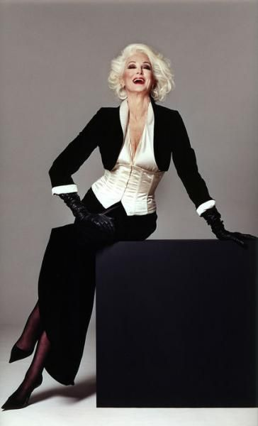 Carmen Dell'Orefice shows that monochrome can flatter at any age. #advancedstyle #maturefashion
