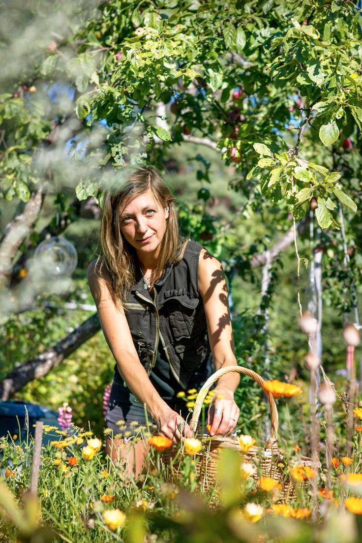 Blommor är mat, medicin och magi. Det upptäckte journalisten och fritidsodlaren Elin Unnes och skrev en bok om det. Här berättar hon om sina magiska blomfavoriter.