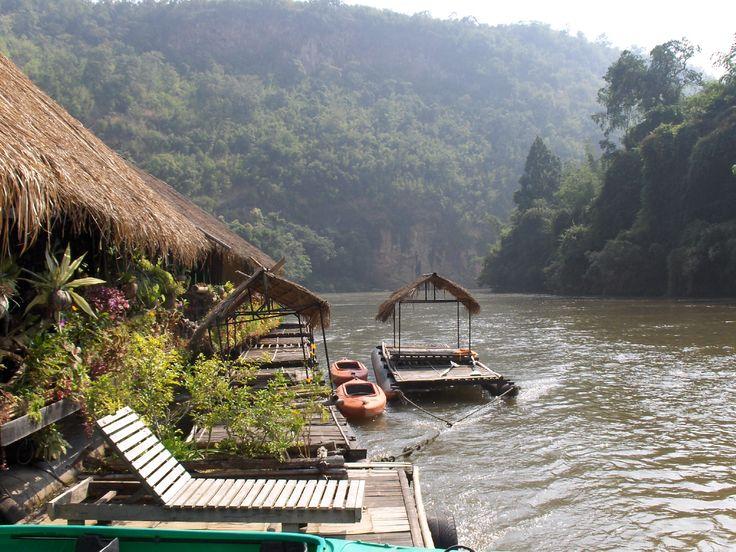 Als je naar Thailand op reis gaat is het zeker aan te raden om een floating house van te voren te regelen. Deze zijn erg gewild, logisch, midden in de jungle op het water met kans op een bezoek van olifanten! Het is ook leuk om bij het eerste huisje het water in te springen en je door de sterke stroming mee te laten trekken. Vergeet niet om het laatste trappetje te pakken anders drijf je de bocht om...