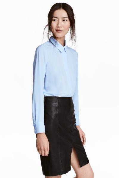 Блузка прямого кроя с длинным рукавом, из тканого материала. На блузке воротник и потайная застежка спереди. Пуговица на манжетах. Скругленный нижний край,