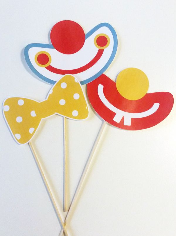 Réalisez ces accessoires de Clown en papier grâce aux patrons à imprimer. Ils sont parfaits comme décoration pour une fête d'anniversaire ou comme accessoires lors d'une séance photo. Amusez-vous à les combiner pour des looks encore plus fous !
