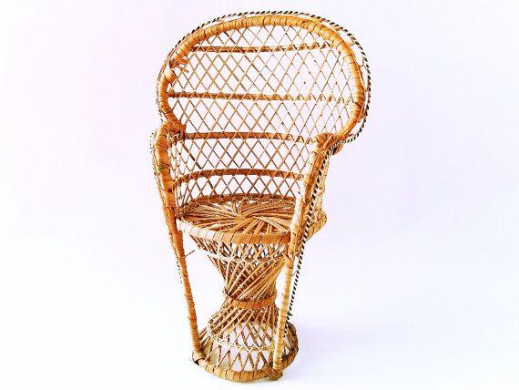 Pavone stile sedia vimini fioriera da anni ' 70. Sedia in miniatura. Pianta Stand sedia. Sedia in rattan bambola. Ventola posteriore sedia.